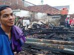 dede-ruswandi-alias-ustaz-wawan-35-di-samping-rumahnya-yang-terbakar.jpg
