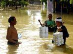 dedi-mulyadi-antarkan-bantuan-makanan-ke-korban-banjir-di-karawang.jpg
