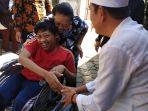 dedi-mulyadi-saat-memberikan-kursi-roda-elektrik-untuk-priyo-saputra_20180629_171238.jpg