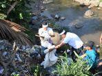dedi-mulyadi-turun-ke-sungai-yang-dipenuhi-sampah-dan-limbah-di-cilamaya.jpg
