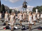 Maskapainya Bangkrut, Pramugar Alitalia Lakukan Aksi Demo, Lepas Baju di Jalan