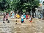 di-indramayu-lokasi-banjir-malah-jadi-tempat-wisata-dadakan-bocah-main-air-banjir-b.jpg