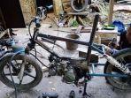 di-kuningan-lagi-hits-custom-sepeda-motor-meniru-konsep-sepeda-bmx-begini-proses-pembuatannya.jpg