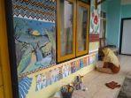 dinding-rumah-dihiasi-lukisan-batik-nyalindung-sumedang.jpg
