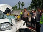 enam-orang-tewas-pada-kecelakaan-maut-di-tol-cipali-1_20151206_103910.jpg