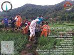 evakuasi-korban-bandang-di-desa-citengah-kecamatan-sumedang-selatan.jpg