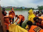 evakuasi-korban-yang-meloncat-ke-sungai-irigasi.jpg