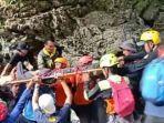 evakuasi-perempuan-pendaki-di-gunung-abbo.jpg