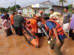 evakuasi-warga-korban-banjir-karawang.jpg