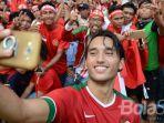 ezra-walian-saat-berswafoto-dengan-pendukung-timnas-indonesia.jpg