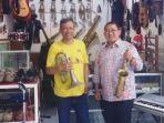 fadli-zon-kanan-berfoto-di-depan-kios-musik-the-sax-guitar-milik-samuel-heriono.jpg