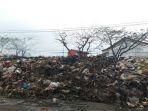 foto-gundukan-sampah-di-pasar-baleendah_20170306_181135.jpg