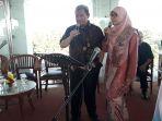 gubernur-jawa-barat-ahmad-heryawan-alias-aher-bernyanyi-duet-dengan-sang-istri_20171205_084318.jpg