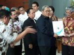 gubernur-jawa-barat-ahmad-heryawan-alias-aher-menyerahkan-sertifikat-akreditasi_20180105_125304.jpg