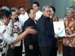gubernur-jawa-barat-ahmad-heryawan-menyerahkan-sertifikat-akreditasi_20180105_165327.jpg