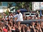 heboh-video-30-detik-presiden-jokowi-berkerumun-dengan-warga-di-maumere-istana-sebut-spontan.jpg