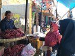 hendar-30-pedagang-sayuran-di-eks-pasar-pelita-kota-sukabumi-saat-melayani-pelanggan.jpg