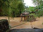 hujan-deras-dan-banjir-membuat-jembatan-ampera-di-banjaranyar-ciamis-terputus.jpg
