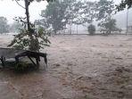hujan-deras-menyebabkan-banjir-di-kampung-limbangan-desa-kertajadicidaun-cianjur_20180425_220902.jpg