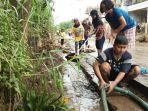 ibu-ibu-di-kelurahan-andir-membersihkan-got-pasca-banjir_20170315_131632.jpg