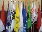 jajaran-bendera-parpol-di-aula-kpu-kota-cirebon_20180109_181834.jpg