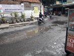jalan-alun-alun-utara-ujungberung-tampak-rusak-akibat-air-limpahan_20171025_152833.jpg