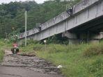 jalan-ambles-dan-retak-2-di-bawah-jembatan-rel-kereta-api-_-purawkarta_20170312_181346.jpg