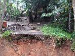 jalan-desa-girijaya-kecamatan-bojongasih-putus-akibat-ambrol-terbawa-longsor.jpg