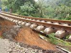 jalur-kereta-api-jurusan-sukabumi-bogor-mengalami-longsor-pada-senin-522018_20180205_153649.jpg