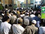 jemaah-di-bagian-luar-masjid-ray-at-taqwa-kota-cirebon-rabu-3112018_20180131_210031.jpg