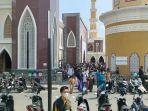 jemaah-keluar-dari-masjid-agung-al-iman-majalengka.jpg