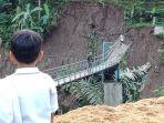 jembatan-gantung-cisarakan-ambruk.jpg