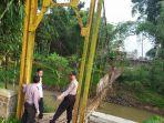 jembatan-gantung-di-sukaresik-tasikmalaya-putus-tiga-orang-tercebur-ke-sungai.jpg