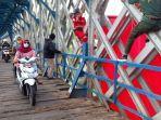 jembatan-ka-cirahong-pembentangan-bendera-raksasa.jpg