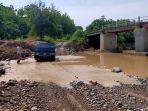 jembatan-nyaris-ambruk-mobil-pilih-lewat-sungai.jpg