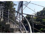 kabel-listrik-menjuntai-di-jpo-dago_20170910_195314.jpg