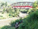 kain-merah-putih-raksasa-di-jembatas-sungai-leuwimunding.jpg