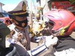 kasatlantas-polres-cianjur-membagikan-helm-dan-masker-gratis.jpg