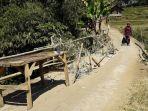keadaan-jembatan-yang-mengkhawatirkan-di-perbatasan-desa-cilayung-kecamatan-tanjungsari_20170815_191246.jpg