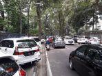 kebiasaan-buruk-banyak-mobil-parkir-di-trotoar-jalan-tamansari-depan-kebun-binatang-bandung.jpg