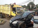 kecelakaan-antara-dua-mobil-di-bundaran-cibiru_20180718_163735.jpg