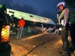 kecelakaan-bus-di-kolonel-masturi-cimahi_20160708_213930.jpg