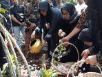 keluarga-almarhum-haryanto-tabur-bunga.jpg