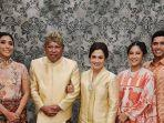 keluarga-suami-dian-sastro-bersama-almarhum-adiguna-sutowo.jpg