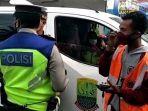 kendaraan-dinas-kabupaten-karawang-diberhentikan-polisi.jpg
