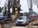 kendaraan-melintas-di-jalan-sriwijaya-kota-cimahi-di-dekat-proyek-pembangunan-underpass.jpg