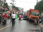 kendaraan-roda-dua-terlibat-kecelakaan-dengaan-sebuah-dump-truk.jpg
