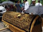 keranda-almarhumah-ibunda-ustaz-maulana-satu_20150412_172722.jpg