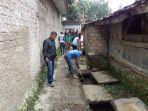 kerjabakti-membersihkan-saluran-air-di-kampung.jpg