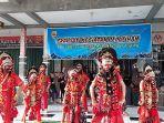 kesenian-tari-topeng-khas-cirebon-di-pasar-batik-trusmi-_-ramadan.jpg